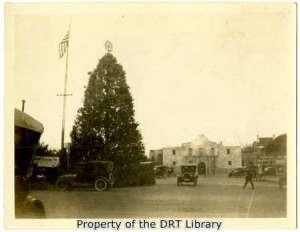 Christmas tree in Alamo Plaza, December 1922. (SC5029.1)